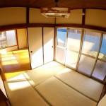 室内には大きな窓が特徴で、明るく風通しも良い。気持ち良く過ごせる洋室です。(内装)