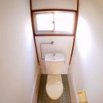 トイレ内にも窓がついています。(内装)