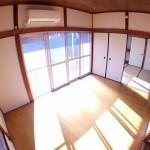 明るい洋室は暖かく夏はエアコンで快適に過ごせます。(内装)